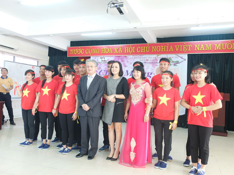 Expressing thankfulness to all teachers in Viet Nam Teacher's Day at Thang Long Japanese Center.